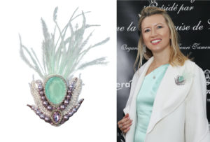 SAFIRO white coat with brooch with feathers